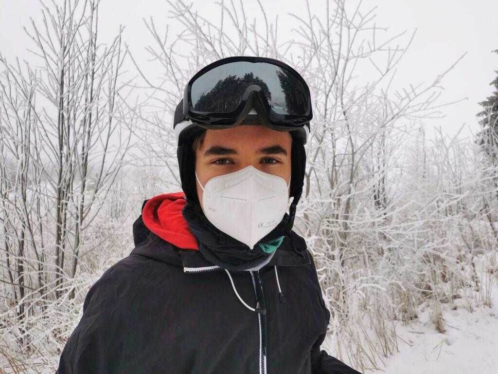 Skifahrer mit Maske